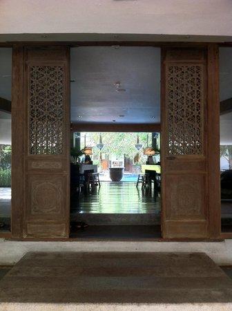 Villa Samadhi: Beautiful wood work at the lobby