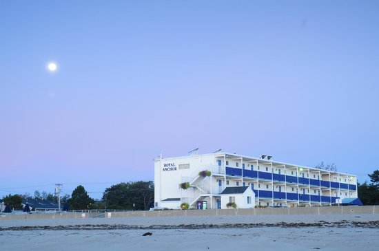 Royal Anchor Resort : early morning on the beach