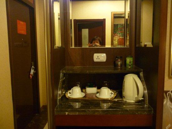 Bremen Hotel : чайный столик в номере