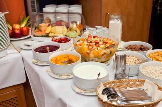 Hotel Spree-idyll: Cerealien, Joghurt, frisches Obst zum Frühstück