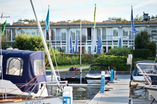 Hotel Spree-idyll: Hotelansicht vom Hafen aus