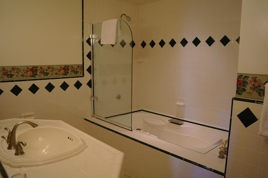 Centrella Inn: Jacuzzi bath
