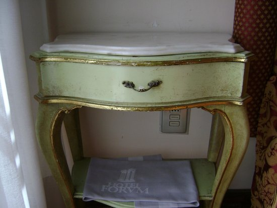 Hotel Forum Roma: Little shabby chick bed side table