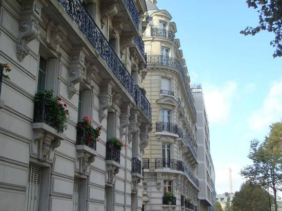 Hôtel Louison : just down the road from the hotel on the way to Eiffel and or on the way to Musee de l'Armee