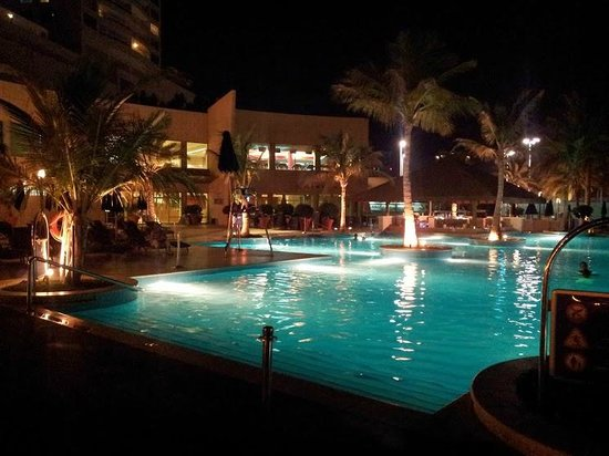 Beach Rotana : Pools at night