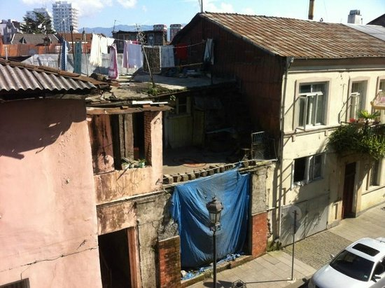 O Galogre : Вид из отеля направо) Батуми очень быстро ломают и строят