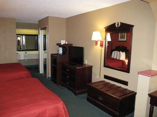 Quality Inn & Suites: vieux mobilier et tv moderne