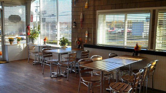 Shelly's Cafe: window seating area
