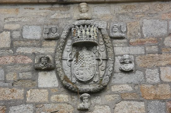 Bodegas del Palacio de Fefinanes: Cambados - Bodegas del Palacio de Fefiñanes - Escudo de la familia Valladares en el Patio de Arm