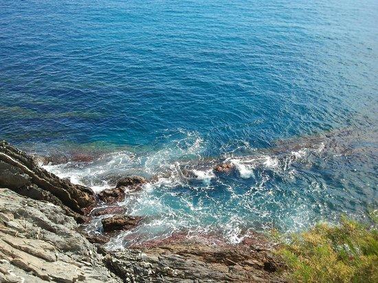 Passeggiata Anita Garibaldi a Nervi: Волны бьются о скалы