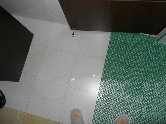 Terrace Hotel Subic Bay: WATER FROM TUB