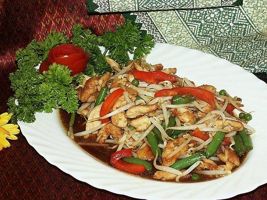 Nuh's Thai Schnellrestaurant: Gebratenes Hähnchenfleisch mit Gemüse