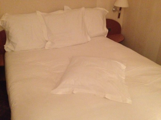 "Mercure Paris Tour Eiffel Grenelle Hotel: The hard queen bed & ""flattened"" pillow."