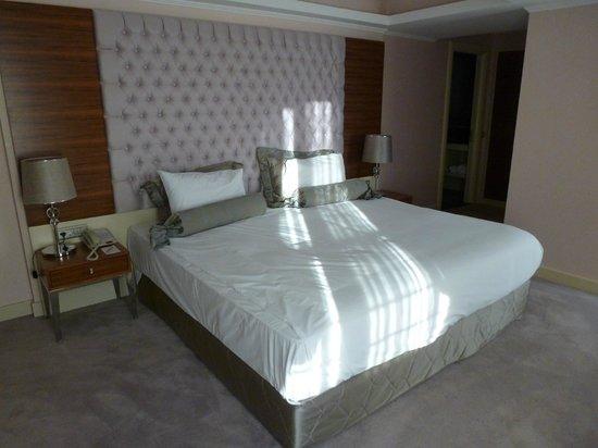 DoubleTree by Hilton Izmir - Alsancak: Welcoming bed & beautiful headboard