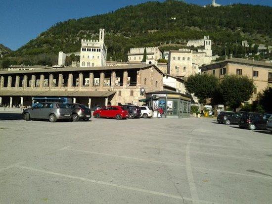 هوتل سان ماركو: piazza addiacente con vista sui monti