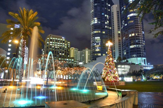 Riverwalk Fort Lauderdale: Huizenga Plaza at night