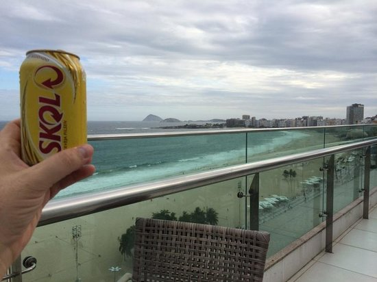 Arena Copacabana Hotel: View to from top to beach.  Great bar service to relax