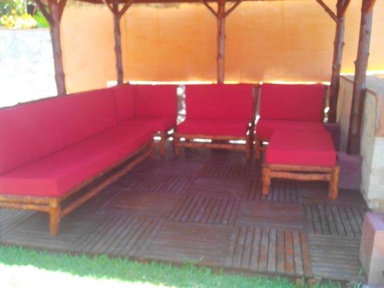 Karibu Lodge: coin détente au bord de la piscine