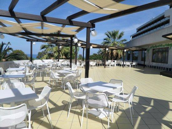 Hotel Club Costa Verde : suntrap outside bar