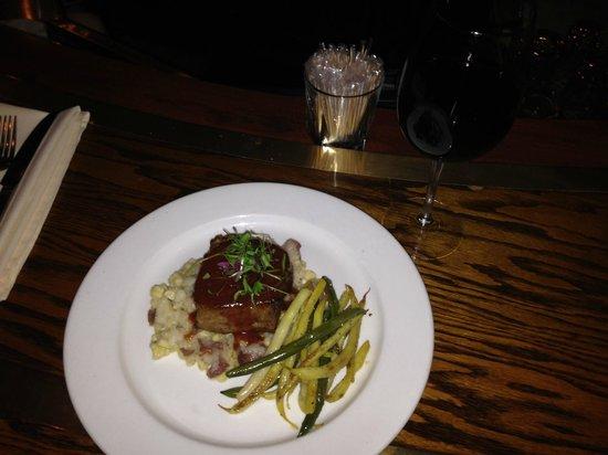 The Bristol Hotel - A Greystone Hotel: Dinner in the Bar