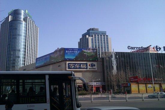 Holiday Inn Qingdao City Centre: отель слева от супермаркета