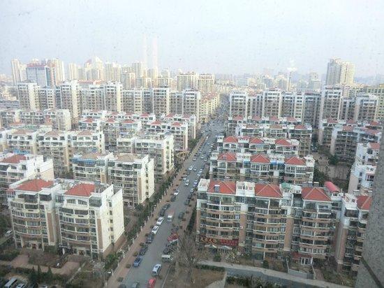 Holiday Inn Qingdao City Center: вид из номера на жилой район (не самая лучшая сторона)
