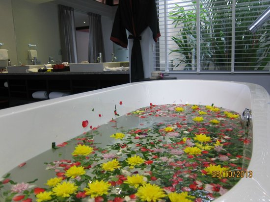 The Pavilions Phuket: bathtub with flowers