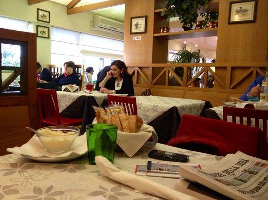 Pizzeria Abruzzese: Tavolo e parte di sala