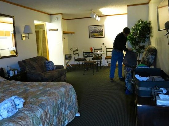 Adobe Inn Durango: Our very large room and kitchen