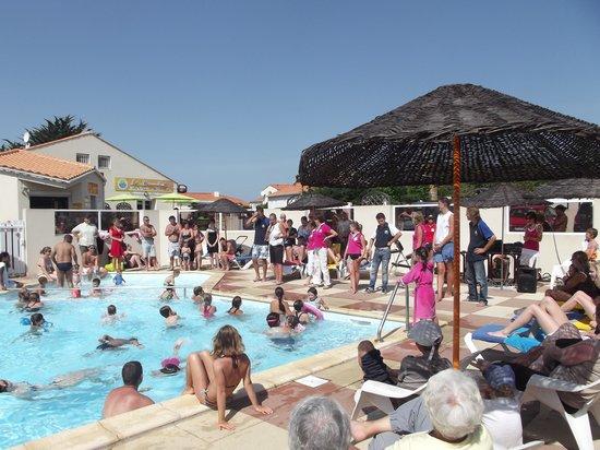 Camping Le Brandais : Piscine Exterieure mais il y a aussi une super piscine intérieure avec un spas!!