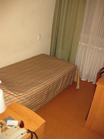 Volga Hotel : Левая сторона самого дешевого номера