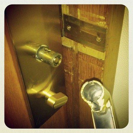 Hotel Sputnik: Внезапно...дверь в номер