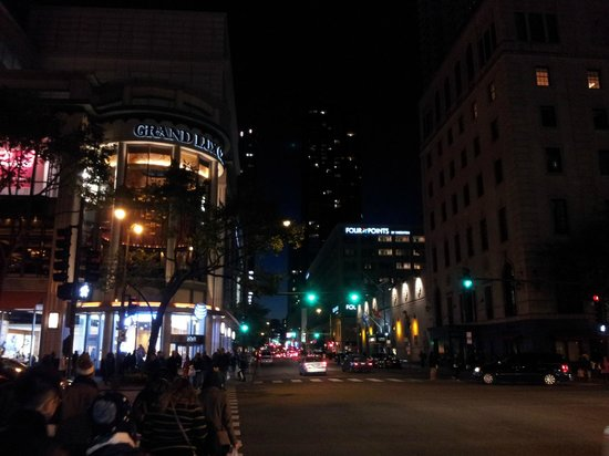 AC Hotel Chicago Downtown : Grand Lux Cafe a 100 mts