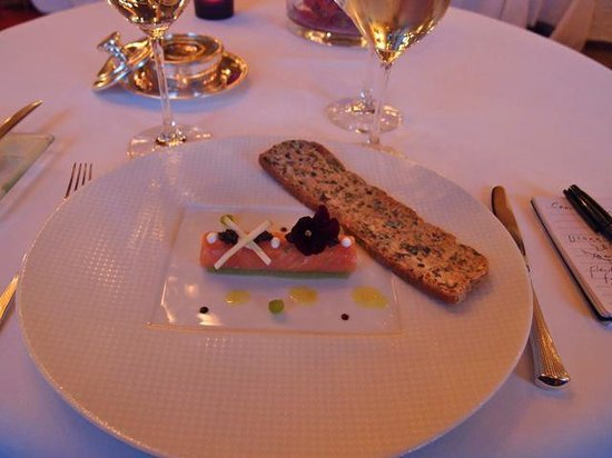 Domaine de Chateauvieux: Salmon canneloni with seaweed toast