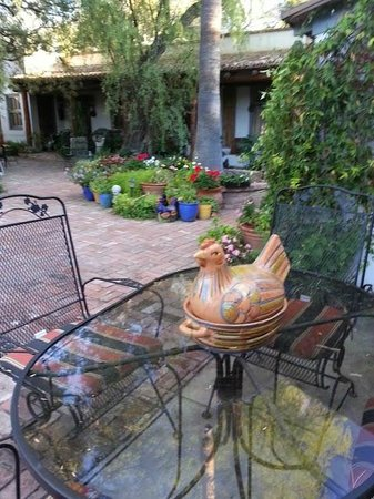 El Presidio Inn Bed and Breakfast: A view of the courtyard