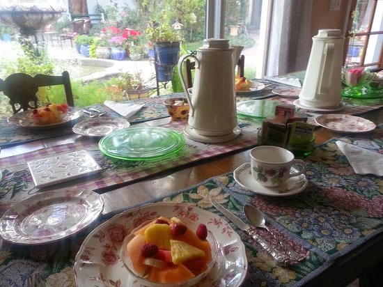 El Presidio Inn Bed and Breakfast: Breakfast table