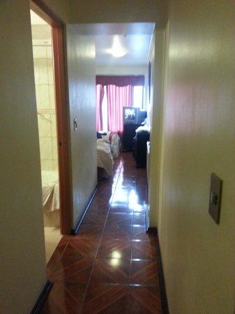 Puerta De Alcala: Pasillo que comunica las 3 camas y el baño