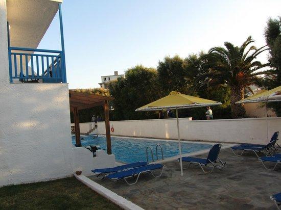 Mitsis Rinela Beach Resort & Spa: Бассейн возле номеров