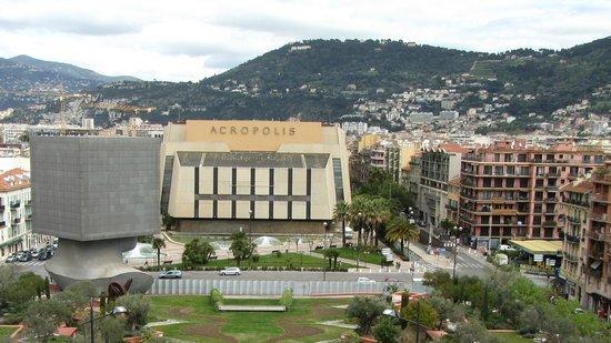 Adagio Access Nice Acropolis: Справа от Акрополя отель - светло-бежевый