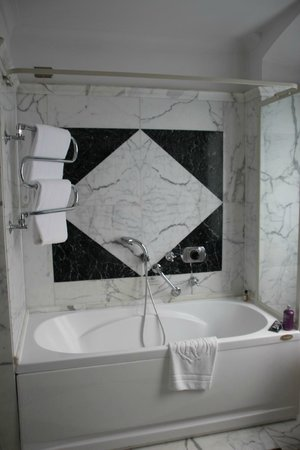 Helvetia & Bristol Hotel: Bathroom with jacuzzi