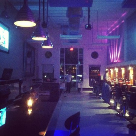 The Lounge Barber Shop & Bar: Night Ambiance Before The Club Opens