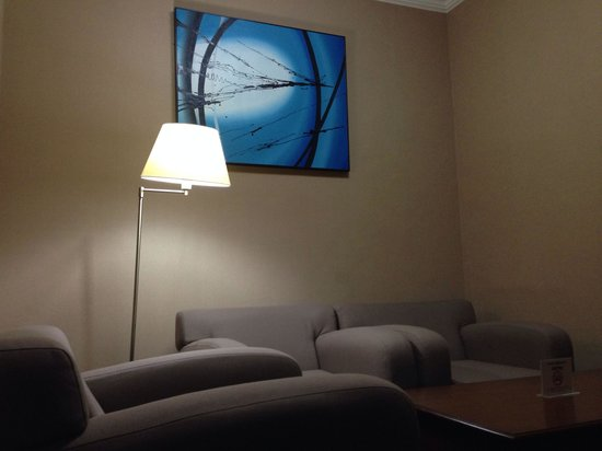 Surabaya Suites Hotel : Ruang tamu yang lega dan rapi