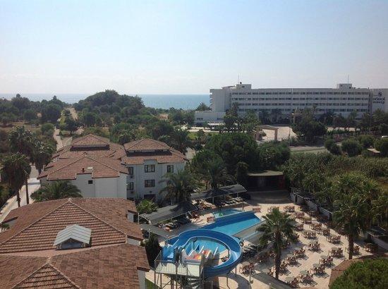Sural Garden Hotel: Вид из номера под крышей основного здания на бассейн и море