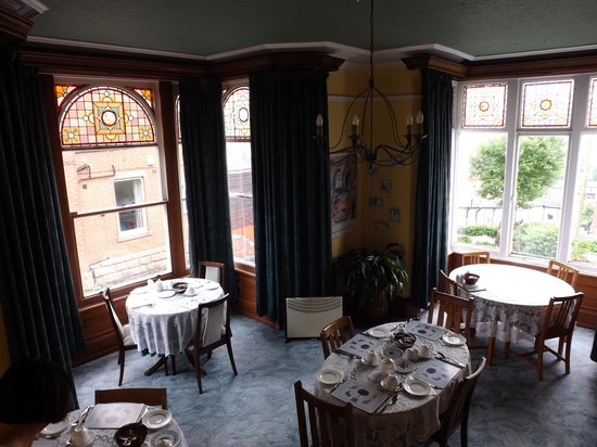 Chimneys Guesthouse: Dining room with incredible views