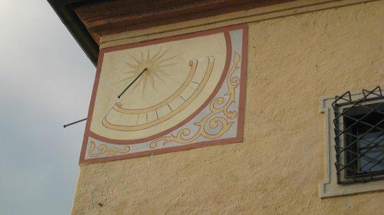 Hotel Schloss Dürnstein: Pared con reloj de sol