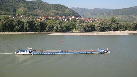 Hotel Schloss Dürnstein: a menudo se ven barcos, barcazas, chatas por el Danubio