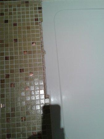Hotel du Chateau : carrelage manquant au bord de la douche en bas