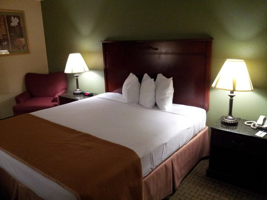 Howard Johnson Inn & Suites Reseda : Bed