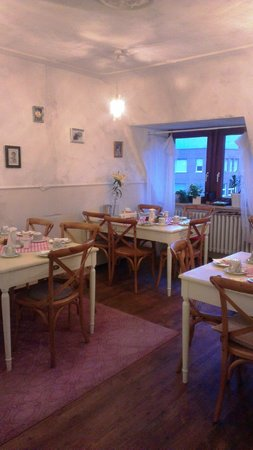 Barbarossa Garni Hotel: Cheerful breakfast room