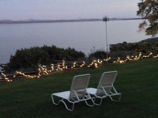Shore Acres Inn & Restaurant: evening lawn